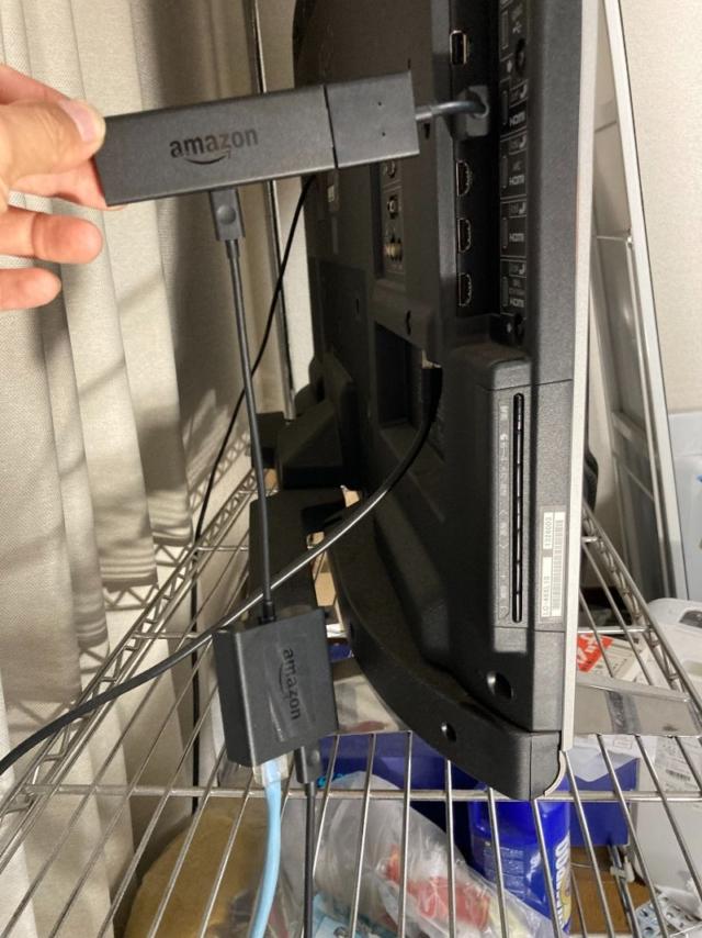テレビのHDMI端子差込口にAmazon Fire TV Stickを挿し込む